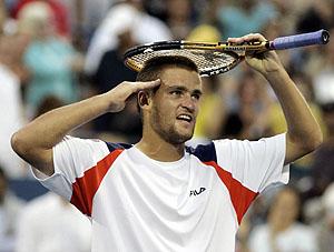 Il tennista russo Youzhny si ferisce a racchettate