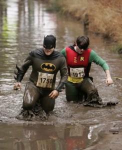 Batman e Robin alla maratona del fango dell'Hampshire