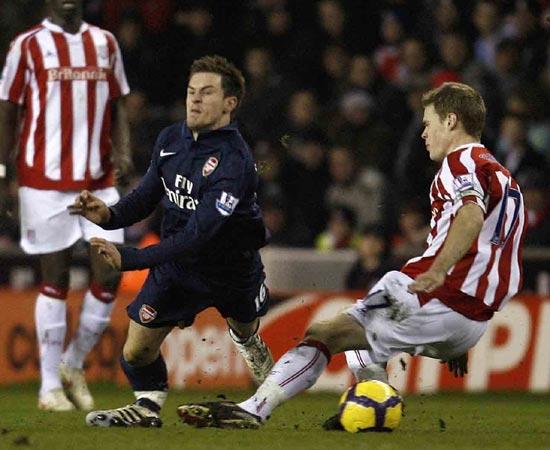 Infortunio choc, al calciatore si spezza la gamba